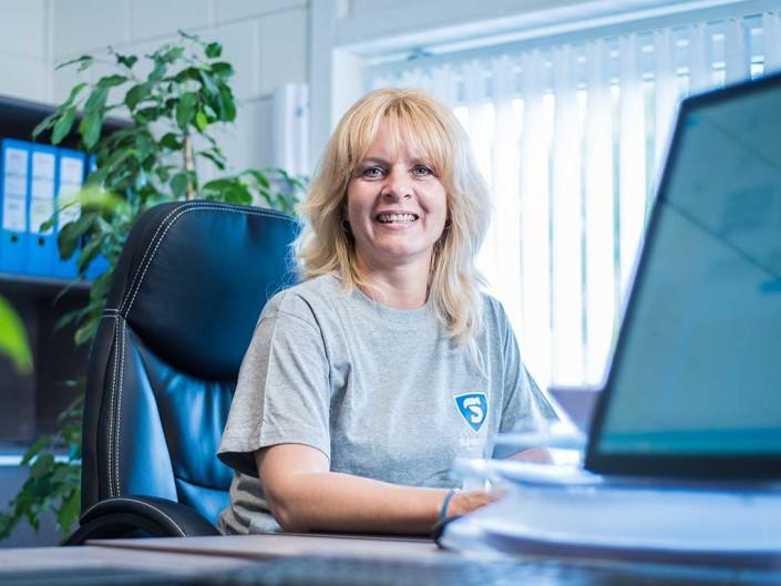 Jolanda Verbaan aan haar bureau