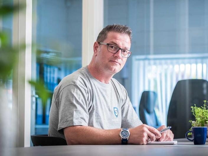 Mike Slewe aan zijn bureau